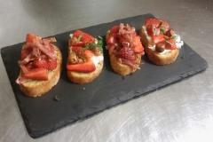 crostini-prosciutto-crudo-jahody-gorgonzola-lískové-ořechy