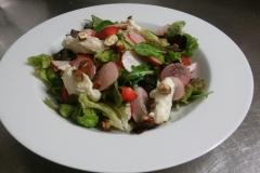 míchané-salátové-listy-gorgonzola-jahody-ředkvičkylískové-ořechy