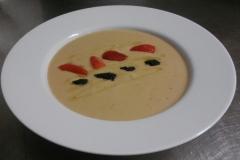 studená-polévka-z-tuřínu-jahody-černý-kaviár